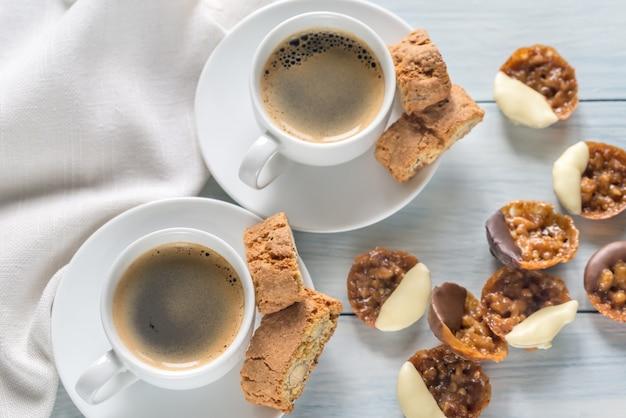 Tazze di caffè con biscotti fiorentini