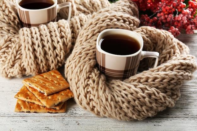 Tazze di tè con i biscotti sul primo piano del tavolo