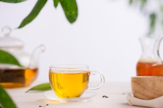 Tazze di tè sul fondo della tavola di legno