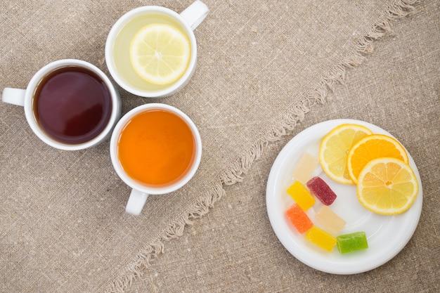 Tazze con diversi tipi di tè