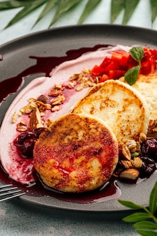 Cheesecake alla ricotta con mousse di rikkota e frutti di bosco