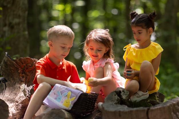 Bambini curiosi che partecipano a una caccia al tesoro nella foresta