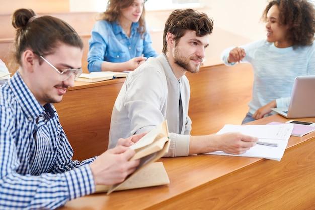 Studenti curiosi in classe