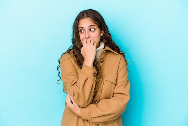 Capelli ricci donna isolata unghie mordaci nervose e molto ansiose