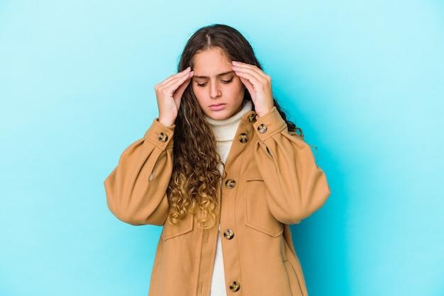 Donna capelli ricci toccando le tempie e avendo mal di testa