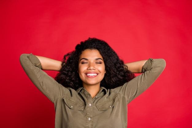Ricci onda allegro positivo bella bella ragazza dolce sognando il suo futuro di successo sdraiato tenendo la testa con le mani isolate