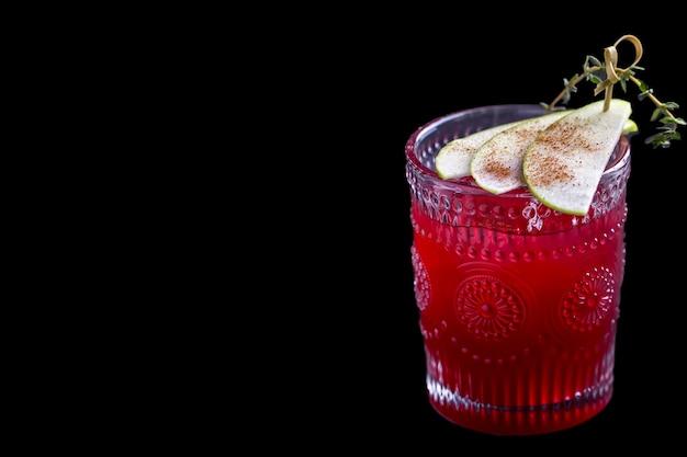 Cocktail di ribes su sfondo nero. gustoso cocktail con frutti di bosco e mela. copyspace