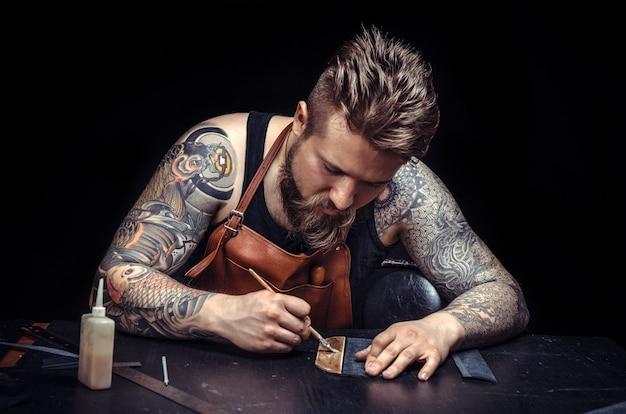 Currier lavora come artigiano nella sua conciaria.