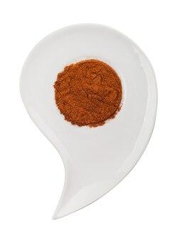 Curry. spezie aromatiche su un piatto su uno sfondo bianco. tracciato di ritaglio