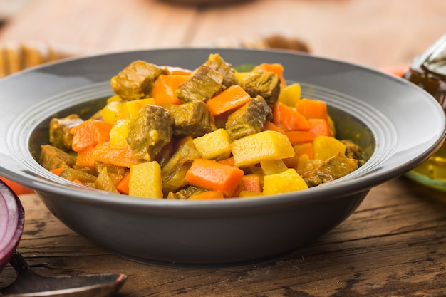 Petto di manzo al curry con patate e curry