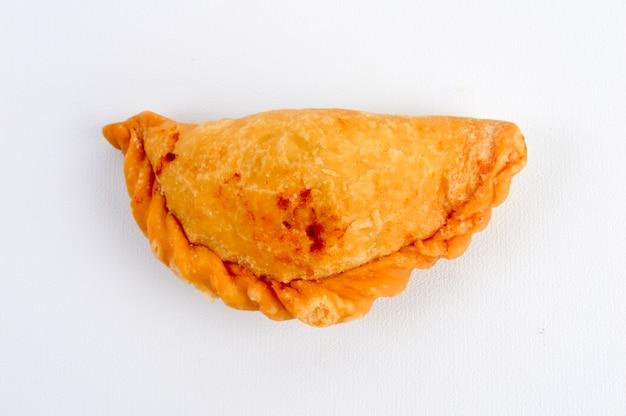 Pasta sfoglia al curry isolato su sfondo bianco