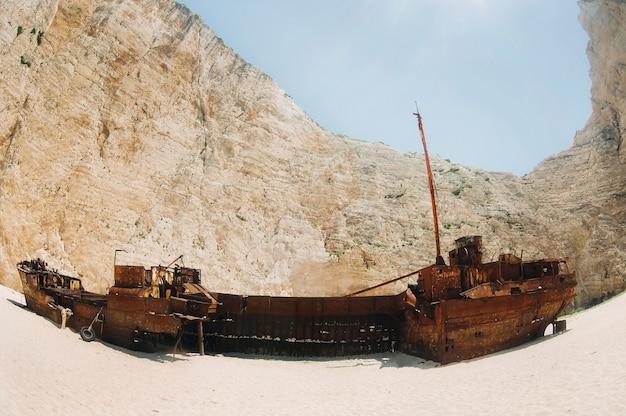 Nave curva sull'isola di zante, spiaggia di navagio