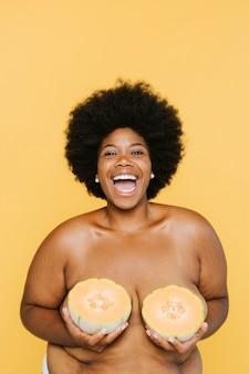 Donna afroamericana curvy con i meloni