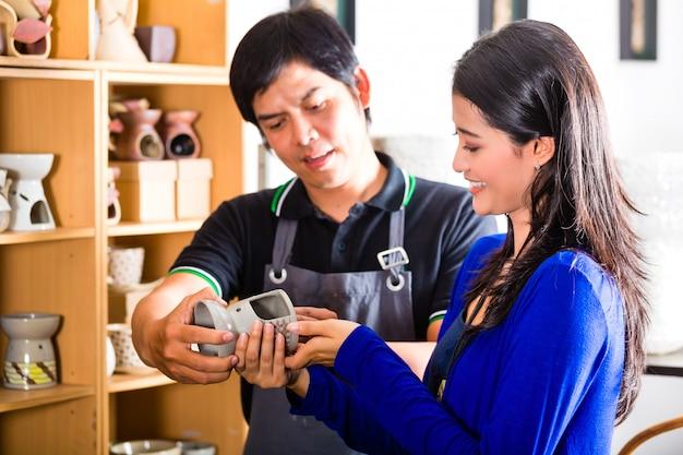 Cliente in un negozio di ceramiche asiatiche