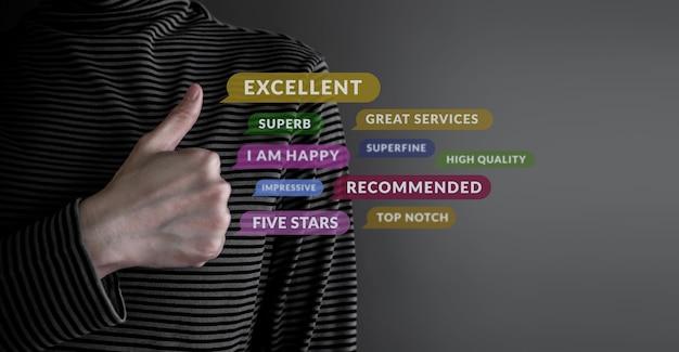 Concetto di esperienza del cliente cliente felice che dà una valutazione eccellente per la soddisfazione con il pollice in su