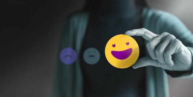 Concetto di esperienza del cliente. cliente felice che dà recensione positiva. feedback eccellente per prodotti e servizi. indagini sulla soddisfazione dei clienti. strategia di marketing