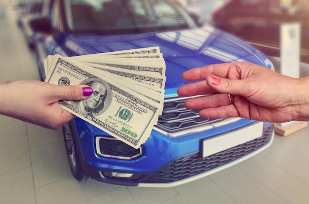 Cliente che ci dà soldi venditore per la vendita o l'affitto di un'auto nuova.