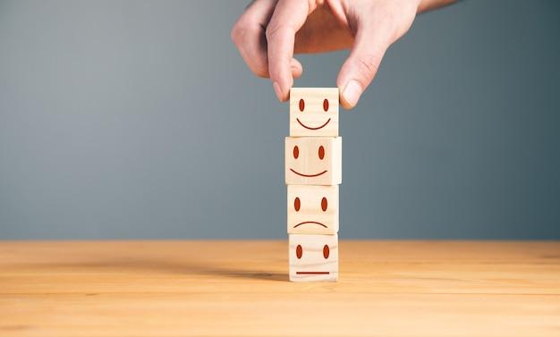 Mano del cliente che mostra un feedback sui cubi