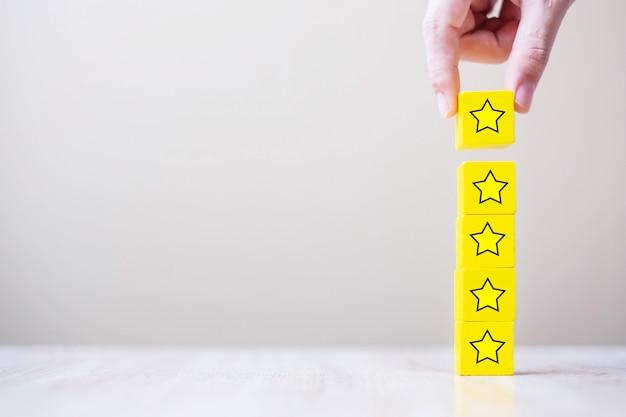 Cliente in possesso di blocchi di legno con il simbolo della stella
