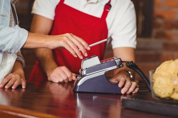 Cliente che effettua un pagamento mobile