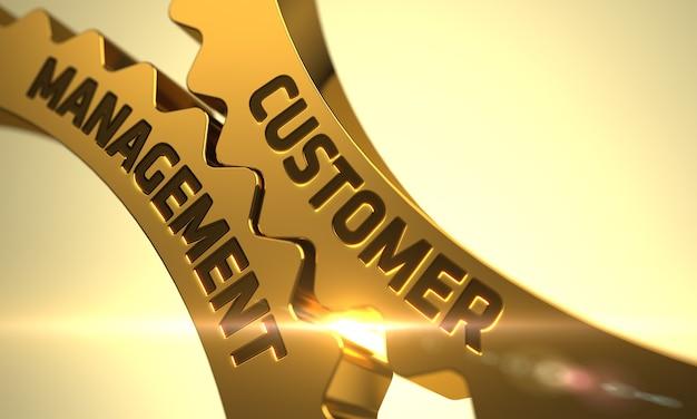 Gestione del cliente - concetto. gestione del cliente sul meccanismo di ingranaggi dentati in metallo dorato con riflesso lente. gestione del cliente sulle ruote dentate d'oro. 3d.