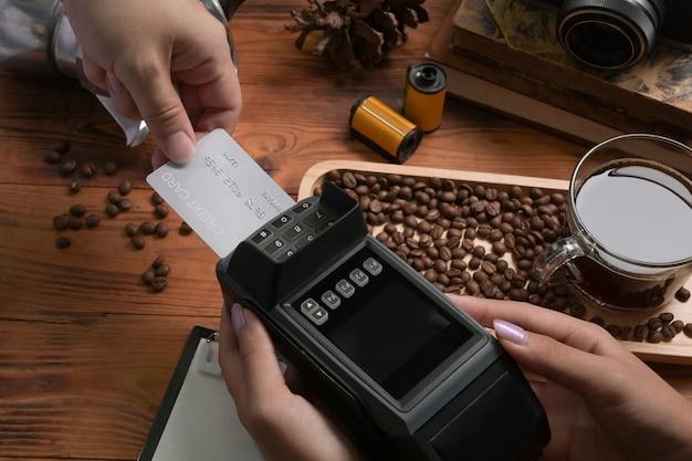 Cliente che paga il proprio ordine con carta di credito presso la caffetteria.