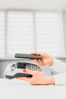 Cliente che paga con tecnologia nfc