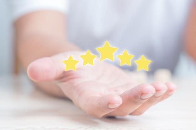 Concetto di soddisfazione del cliente. cinque stelle con copia spazio.