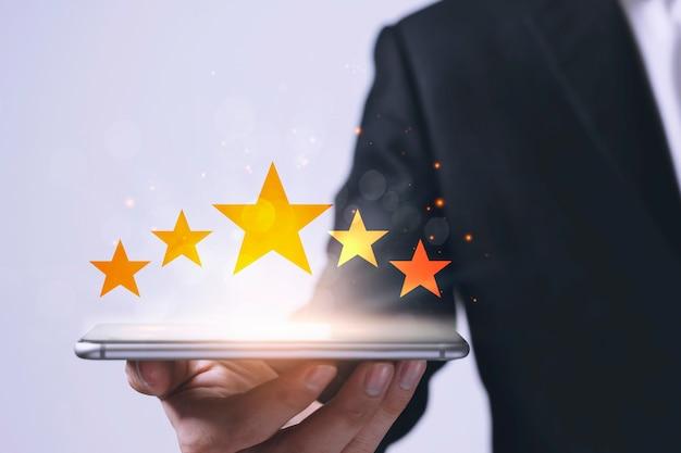 Il concetto di soddisfazione del cliente con gli uomini d'affari dà una valutazione a cinque stelle
