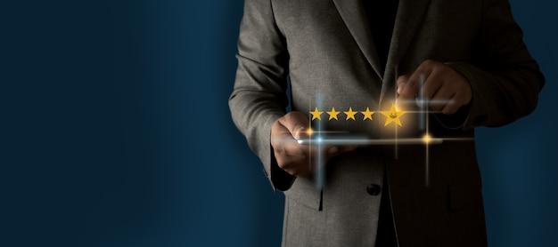 Valutazione del servizio clienti valutazione del servizio emoticon di valutazione del servizio dell'uomo d'affari sul touch screen virtuale