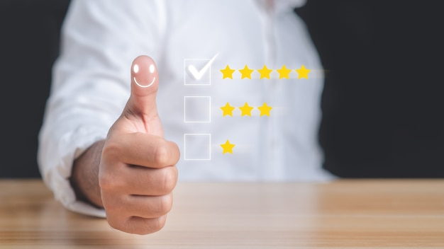 Servizio clienti e concetto di soddisfazione. imprenditore pollice in alto per mostrare soddisfazione.