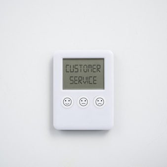 Concetto di soddisfazione del servizio clienti con orologio digitale con diverse espressioni di soddisfazione stampate sui pulsanti