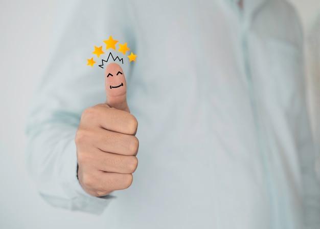 Il pollice del cliente si alza con l'illustrazione gialla monitor di screening virtuale a 5 stelle per sondaggio e revisione di valutazione della soddisfazione.