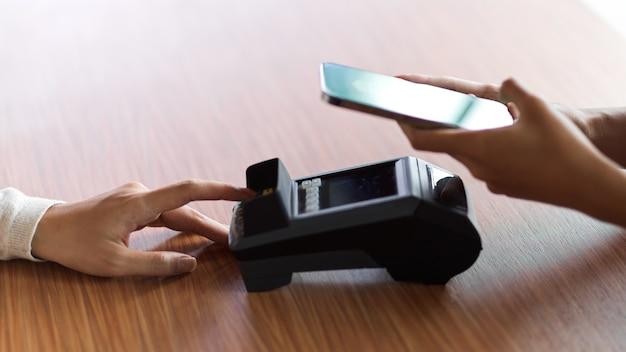 Il cliente che utilizza l'applicazione di internet banking per il pagamento e ottiene una ricevuta dal terminale di pagamento