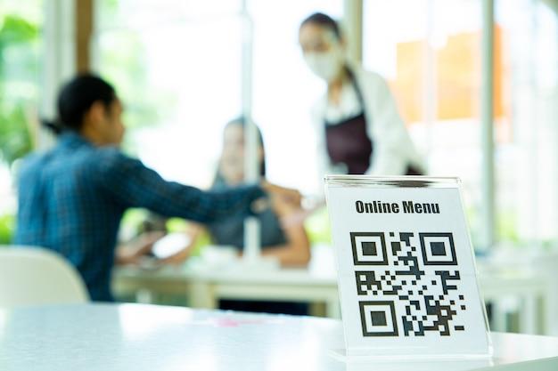 Cliente che utilizza smartphone per scane qr barcode con menu online nel ristorante.informazioni per la scansione del check-in.