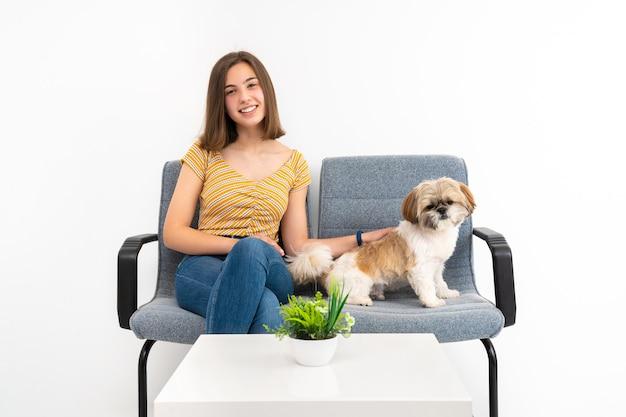Cliente nella sala d'attesa con con il suo animale domestico, sfondo bianco e spazio copia