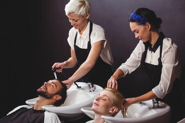 I clienti si lavano i capelli