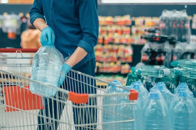 I clienti fanno acquisti stando a una distanza di sicurezza. concetto di sicurezza