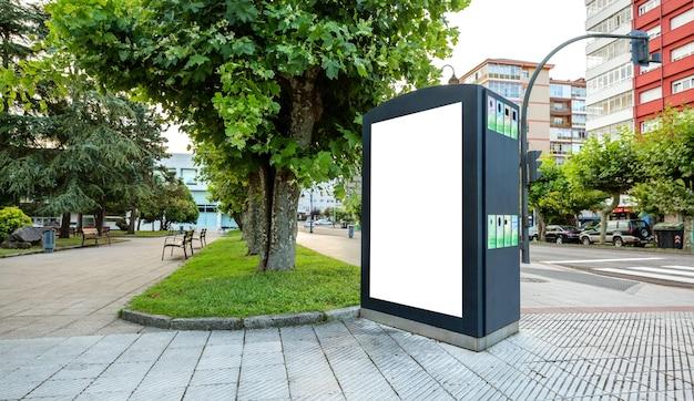 Poster personalizzabile in un cestino per la raccolta differenziata in un parco per strada
