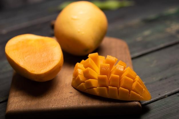 Tagliare e completare i manghi sul tagliere