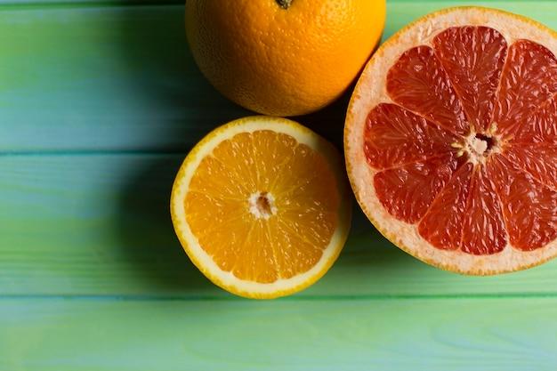 Tagliata, frutta fresca, arancia, pompelmo. su un tavolo di legno.