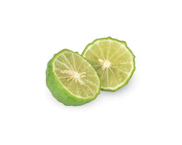 Tagliare a metà la frutta fresca di bergamotto isolato su bianco