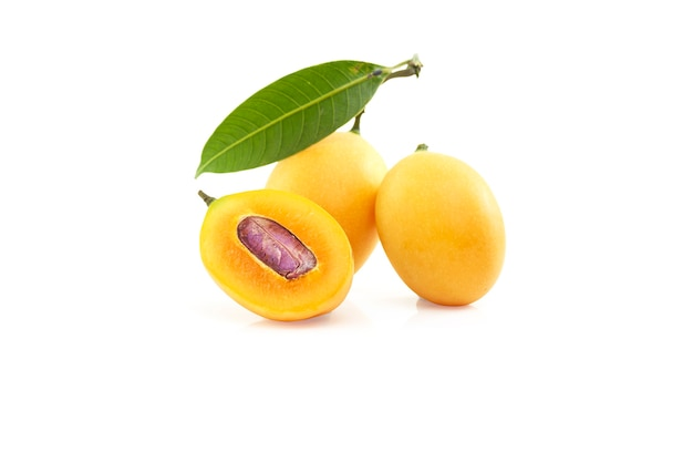 Tagliare la prugna mariana gialla dolce metà matura con foglie isolate, vista frontale