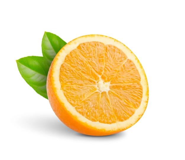 Tagliare a metà le arance con foglie verdi isolate
