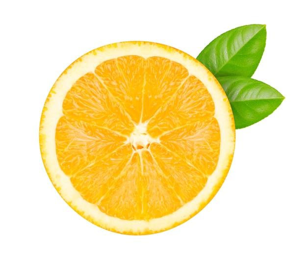 Tagliare le arance con foglie verdi isolate