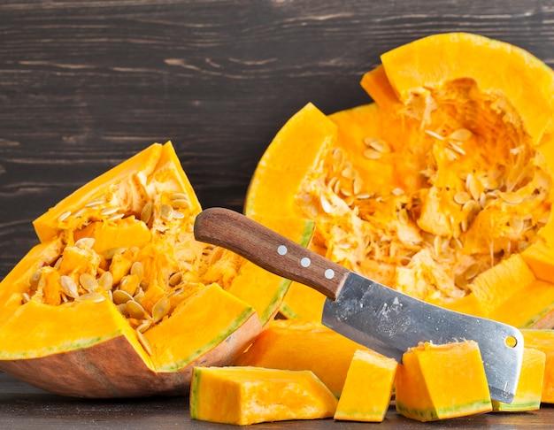 Tagliare a pezzi la zucca arancione a tempo di cottura