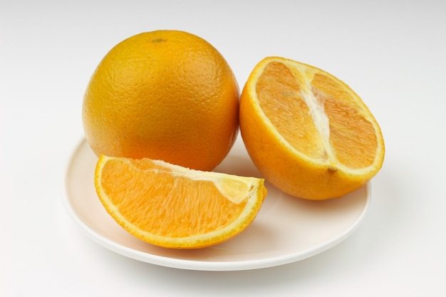 Taglia l'arancia su un bianco