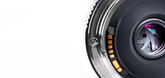 Ritaglia la messa a fuoco all'apertura della reflex digitale, l'obiettivo della fotocamera mirrorless su sfondo isolato e copia lo spazio per la fotografia, il film o il concetto di tecnologia del film dell'otturatore in studio professionale