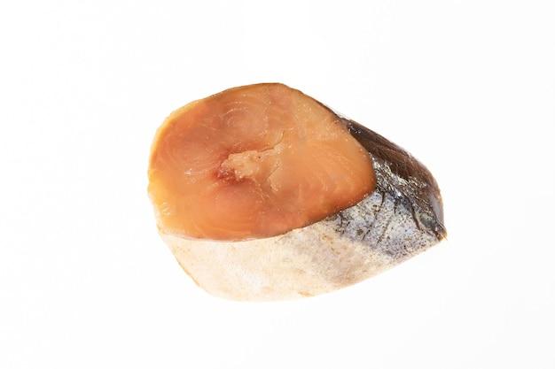 Tagliare il pezzo di pesce isolato su sfondo bianco. foto di alta qualità