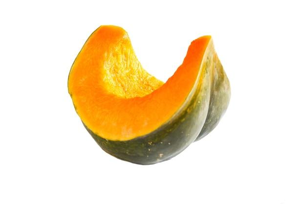 Un pezzo di zucca tagliato su uno sfondo bianco è isolato. fetta di zucca arancione - raccolto autunnale, cucina